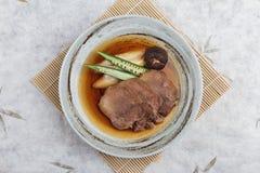 Vista superior de gyutan del tounge de la carne de vaca Streamed servida con el shiitake, la cebolleta japonesa y chiles con la s Foto de archivo libre de regalías