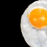 Vista superior de huevos fritos en fondo negro Fotografía de archivo