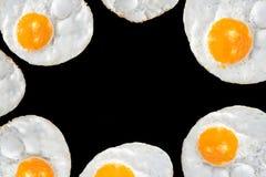 Vista superior de huevos fritos en fondo negro Foto de archivo