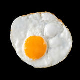 Vista superior de huevos fritos en fondo negro Imagenes de archivo