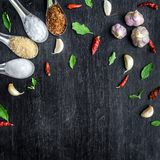 Vista superior de ingredientes de alimento e de condimento na tabela Foto de Stock