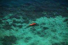 Vista superior de kajaks anaranjados en el mar Turistas mamá y bebé en g Foto de archivo libre de regalías