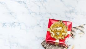 Vista superior de la actual caja brillante roja con la de oro del arco y de la cinta Imagenes de archivo