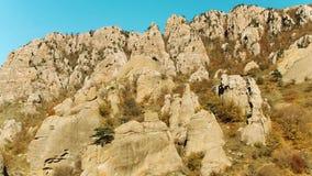 Vista superior de la alta cordillera en otoño colorido con los prados amarillos verdes y los picos de montaña rocosa tiro Vista a almacen de metraje de vídeo