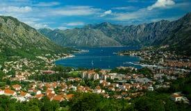 Vista superior de la bahía de Boka Kotor y Kotor de la montaña de Lovcen, Monte fotos de archivo