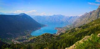 Vista superior de la bahía pintoresca entre las montañas Imagen de archivo