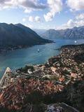 Vista superior de la bah?a de Kotor en Montenegro Día soleado en la costa adriática de Kotor foto de archivo