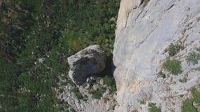 Vista superior de la base de la montaña tiro Mountain View del bosque en el pie de la montaña almacen de metraje de vídeo