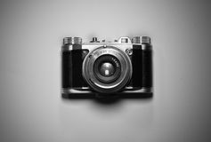 Vista superior de la cámara retra vieja del vintage aislada y destacada en blanco y negro Imagen de archivo libre de regalías
