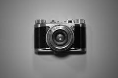 Vista superior de la cámara retra vieja del vintage aislada y destacada en blanco y negro Foto de archivo libre de regalías