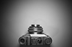 Vista superior de la cámara retra vieja del vintage aislada y destacada en blanco y negro Fotografía de archivo