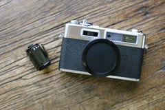Vista superior de la cámara vieja de la película con el casquillo de lente y el rollo de la película fotografía de archivo libre de regalías