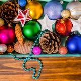 Vista superior de la caja de madera del vintage con la decoración de la Navidad, malla Fotos de archivo libres de regalías