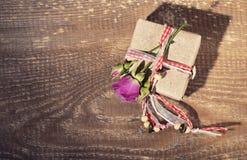 Vista superior de la caja de regalo atada con la cinta decorativa y la flor color de rosa Imágenes de archivo libres de regalías