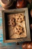 Vista superior de la caja de madera vieja con las galletas Fotos de archivo