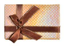 Vista superior de la caja de regalo amarilla brillante atada por la cinta imágenes de archivo libres de regalías