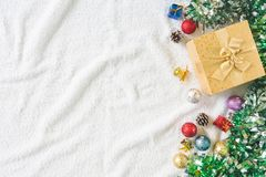 Vista superior de la caja de regalo con la decoración de la Navidad en el fondo blanco Imagenes de archivo