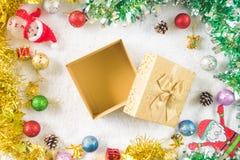 Vista superior de la caja de regalo con la decoración de la Navidad en el fondo blanco Imagen de archivo