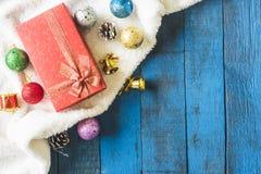 Vista superior de la caja de regalo con la decoración de la Navidad en fondo de madera de la tabla Imagen de archivo