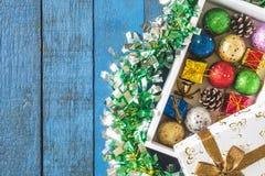 Vista superior de la caja de regalo con la decoración de la Navidad en fondo de madera de la tabla Fotografía de archivo