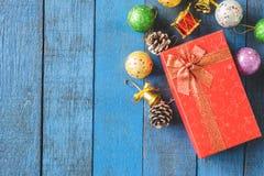 Vista superior de la caja de regalo con la decoración de la Navidad en fondo de madera de la tabla Imagenes de archivo