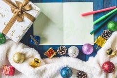 Vista superior de la caja de regalo con la decoración de la Navidad y de la tarjeta en fondo de madera de la tabla Foto de archivo libre de regalías
