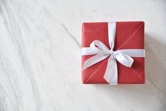 Vista superior de la caja de regalo roja con la cinta blanca Imagen de archivo libre de regalías