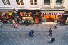 Vista superior de la calle de Beurre del au de la ruda con tiendas más chocolatier y de recuerdos en Bruselas, Bélgica foto de archivo