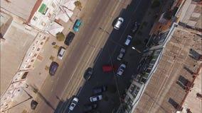 Vista superior de la calle de la ciudad con los coches en d3ia Tiro aéreo almacen de video