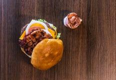 Vista superior de la captura dos de la hamburguesa del tocino Foto de archivo