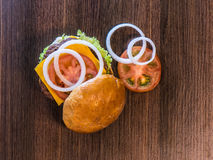 Vista superior de la captura sabrosa dos de la hamburguesa Foto de archivo libre de regalías