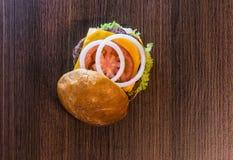 Vista superior de la captura sabrosa tres de la hamburguesa Fotos de archivo