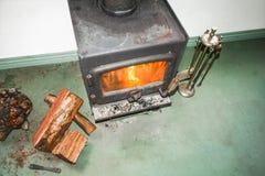 Vista superior de la chimenea del metal con el fuego Foto de archivo