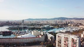 Vista superior de la ciudad con la bahía y los yates existencias Vista aérea hermosa del puerto de la ciudad Vista aérea de los y almacen de video