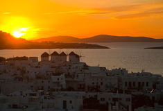 Vista superior de la ciudad de Mykonos en la puesta del sol Foto de archivo libre de regalías