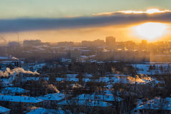 Vista superior de la ciudad industrial en la puesta del sol Imagen de archivo libre de regalías
