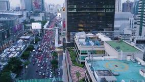 Vista superior de la ciudad moderna con un flujo grande de coches que se colocan en tráfico Antena de una ciudad desarrollada con almacen de metraje de vídeo