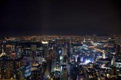 Vista superior de la ciudad de la noche de Kuala Lumpur de la torre de Menara fotografía de archivo