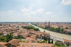 Vista superior de la ciudad de Verona y de basilica di santa Anastasia fotos de archivo libres de regalías