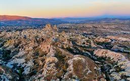 Vista superior de la ciudad y del castillo de Uchisar en la salida del sol Cappadocia Turquía Foto de archivo