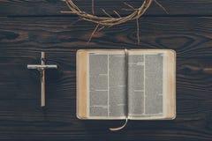 vista superior de la corona de espinas con la cruz y la biblia stock de ilustración