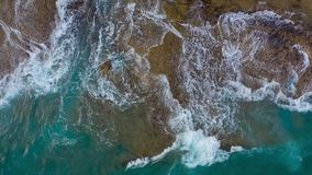 Vista superior de la costa pedregosa del desierto en el Océano Atlántico Costa de la isla de Tenerife Cantidad a?rea del abej?n d almacen de video