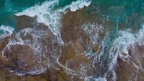 Vista superior de la costa pedregosa del desierto en el Océano Atlántico Costa de la isla de Tenerife Cantidad a?rea del abej?n d metrajes