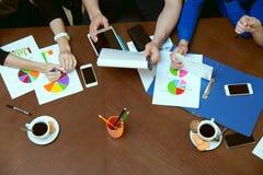 Vista superior de la discusión en los empresarios de la tabla Foto de archivo libre de regalías