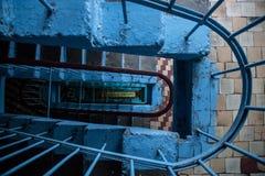 Vista superior de la escalera de un edificio de varios pisos Imágenes de archivo libres de regalías