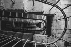 Vista superior de la escalera de un edificio de varios pisos Foto de archivo