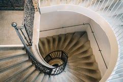 Vista superior de la escalera espiral en museo Foto de archivo