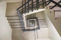 Vista superior de la escalera espiral infinita, manera al éxito, manera de escaparse, escalera de la salida de socorro de la emer Foto de archivo
