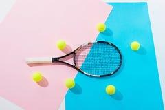 vista superior de la estafa y de las bolas de tenis en azul imagenes de archivo