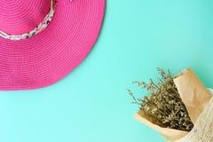 Vista superior de la flor y del sombrero hermosos del verano fotos de archivo libres de regalías